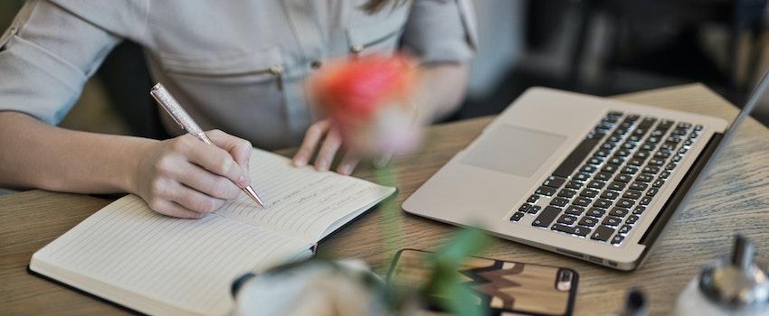 mujer-escribiendo-en-su-libreta
