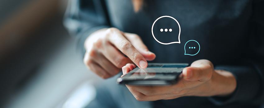 hombre-interactuando-con-celular-chat-bot