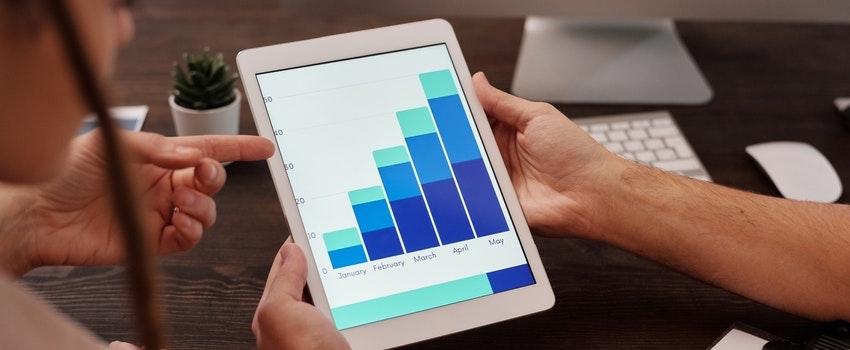 tableta-con-imagen-de-graficos-sostenida-por-una-persona