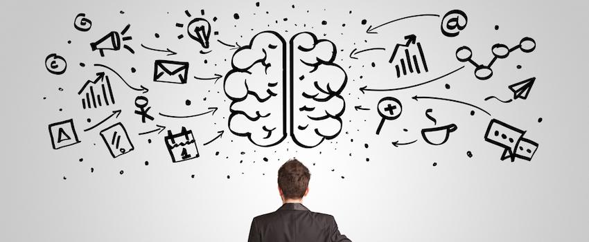 hombre-viendo-pared-con-cerebro-e-ideas