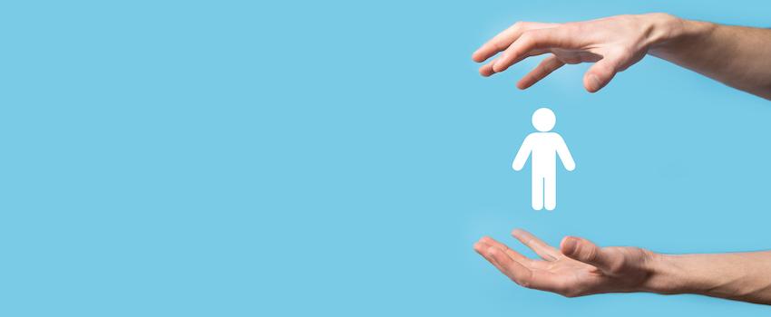 hombre-mostrando-una-persona